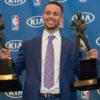 Steph Curry s oceněním MVP. Zdroj: cbssports.com
