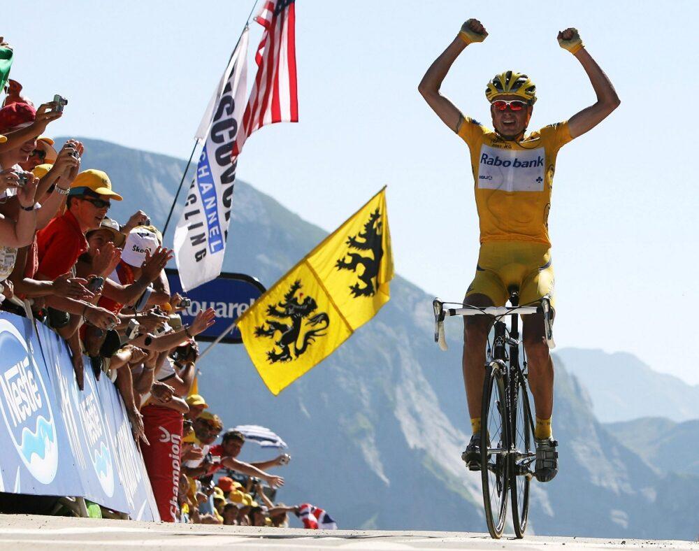 Michael Rasmussen oslavuje své vítězství v 16. etapě Tour de France 2007. Zdroj: socratesdergi.com