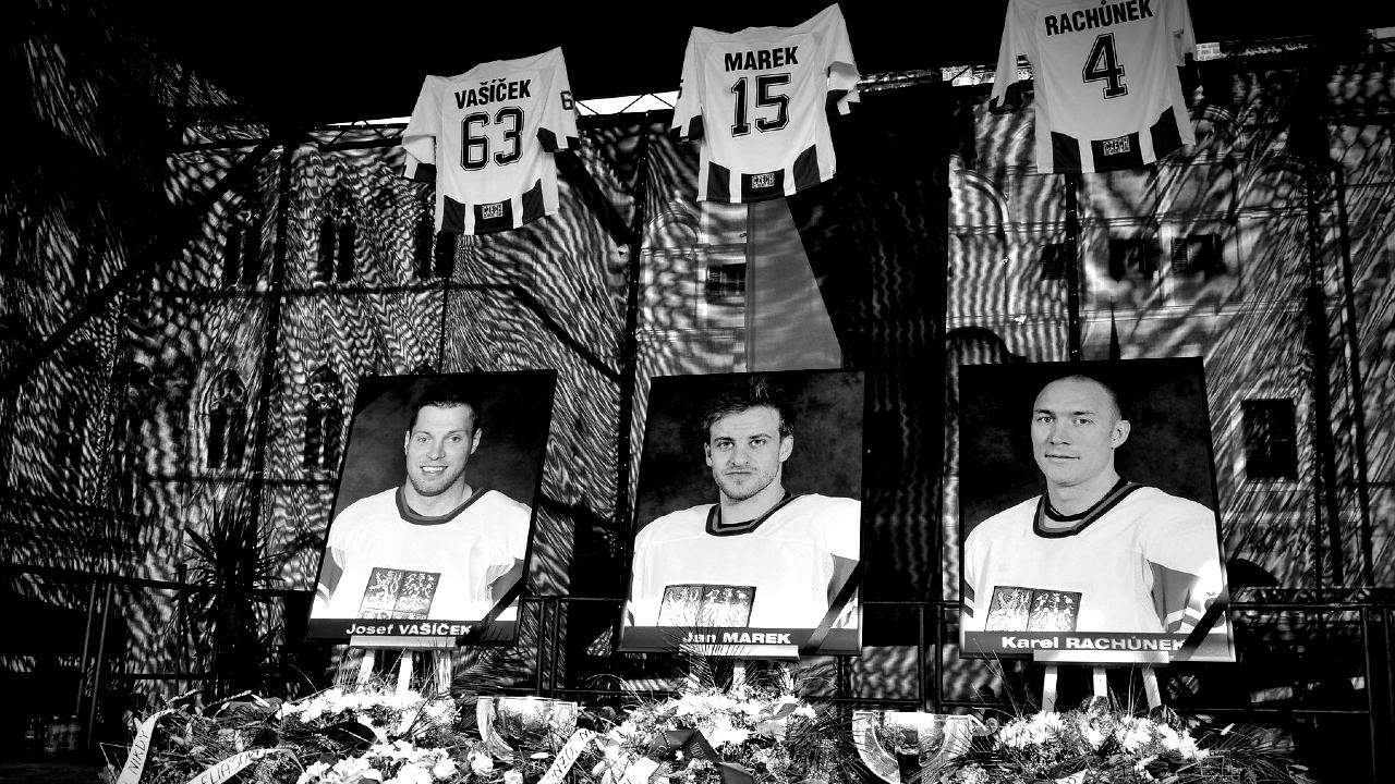Při nehodě zahynuli i tři čeští reprezentanti - Karel Rachůnek, Jan Marek a Josef Vašíček.